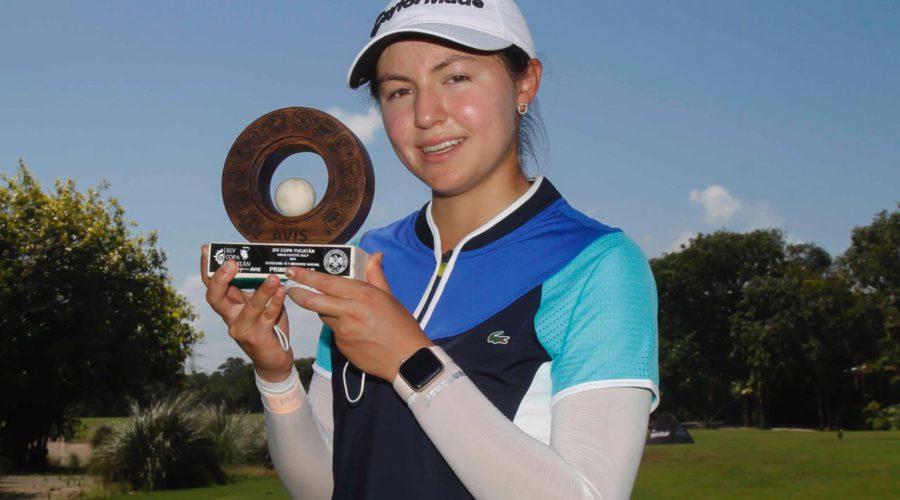 Isabella Fierro sosteniendo trofeo